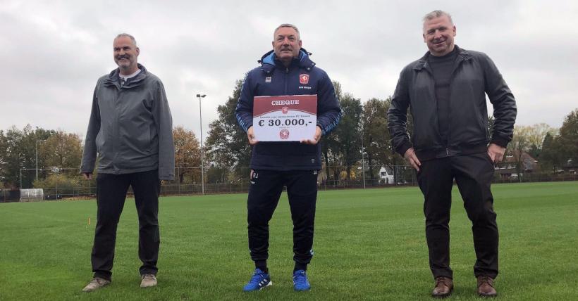 Cheque Vriendenkring foto FC Twente