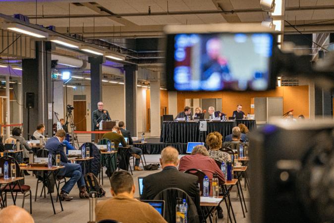De gemeenteraad buigt zich in het oude VD pand over de begroting van Enschede