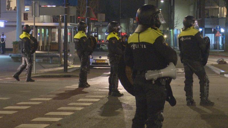ME voert charges uit in Enschede tijdens avondklokrellen Foto RTV Oost