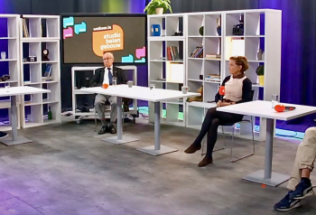 Presentator Niels Veurink in gesprek met Herbert Zwartz, Ellen Koopmans en Willy Berends