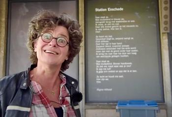 Regine Hilhorst bij haar gedicht op het station