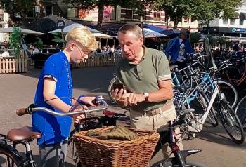 Fietsburgemeester Hennie Kuiper en de nieuwe junior-fietsburgemeester Florian Laan