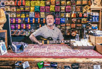 Kaj in zijn Guitar store