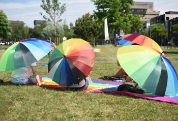 462811 Rainbow Sit In in Enschede trekt zo n 50 deelnemers Foto Rozegolf net